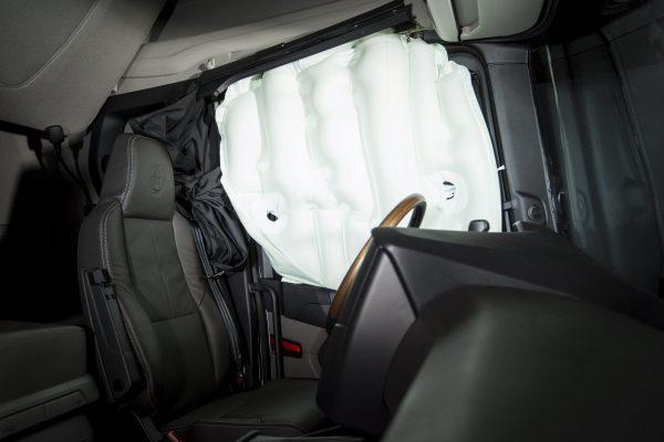 Aktif-pasif emniyet tedbirlerini sürekli yükselten Scania, sektörde bir ilk olarak yan perde hava yastıklı kabini tanıttı.