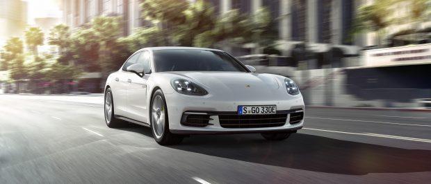 Porsche Paris Motor Show'da 4 çeker sistemli ve 50 km elektrikli sürüş menzilli Panamera 4 E-Hybrid'i tanıttı. Otomobil 100 km'de 2.5 lt yakıt tüketiyor.