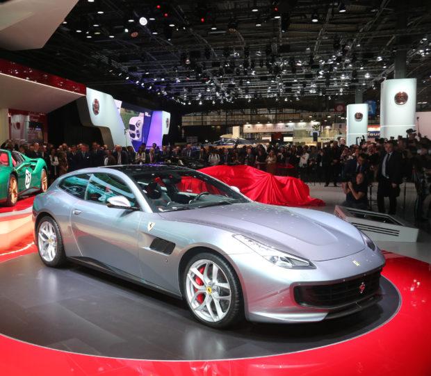 Ferrari'nin V8 turbo beslemeli motorla donatılan 4 koltuklu ilk modeli olan GTC4Lusso T, Paris Motor Show'da görücüye çıktı.