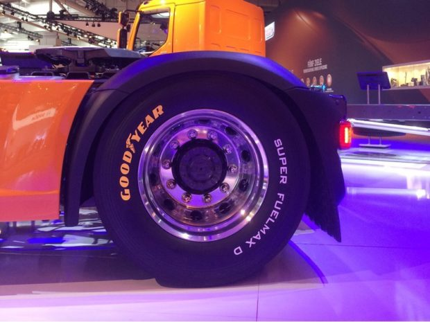 Goodyear'ın yeni A sınıfı yakıt verimliliği değerlerine sahip prototip ön ve çeker aks lastikleri, Super Fuelmax, DAF kamyonlar üzerinde sergilendi.