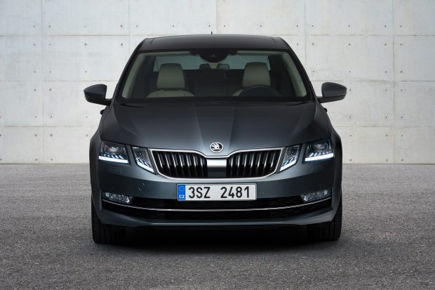 The lines of the new ŠKODA OCTAVIA have been further streamlined, especially at the front. The two adjacent headlights form the dual face with a crystalline look. On request, they shine in full-LED technology. The brand logo has gained even more presence, the front is more powerful, wider, and has more character.