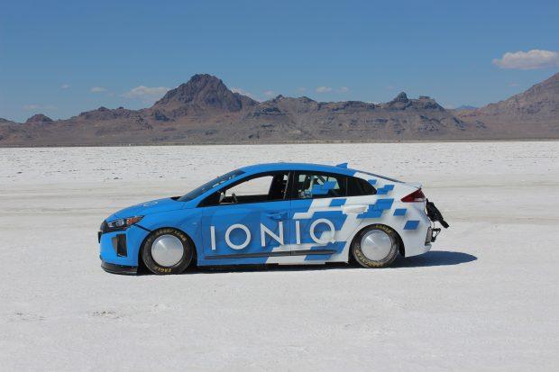 Hyundai'nin hibrid ve Plug-in hibrid modeli Ioniq'in modifiye edilmiş özel prototipi tuzla kaplı Bonneville'de maksimum 254 km/s hıza ulaştı.