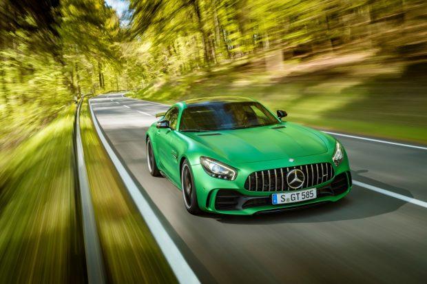 Pist kullanımına yönelik teknolojilerle donatılan Mercedes-AMG GT R siparişleri Türkiye'de 1 milyon 455 bin 700 TL'den başlayan fiyatlarla kasım sonu itibariyle verilebiliyor.