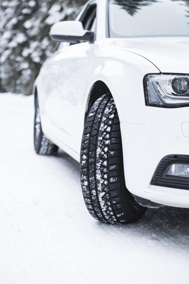 """Kış mevsimin gelmesiyle kış lastiği kullanımı çok önemli. Petlas'ın AR-GE uzmanları, sürücülere """"kış lastiği için kar yağışını beklemeyin"""" çağrısı yaptı."""