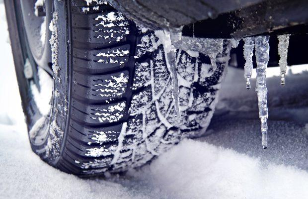 Kış Lastiğinin Yaz lastiğinden farkı nedir? Yaz lastiklerinin malzemesi 7 °C'ın altındaki sıcaklıklarda sertleştiği için yola tutunması azalmaktadır. Kış lastiklerinin ise özel profillerinin yanı sıra, üretildikleri Silica esaslı malzeme daha yumuşaktır ve 7 °C'ın altındaki soğuk hava şartlarında kuru asfalt, kar ve buzda tutunmayı artırmaktadır.