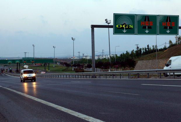 KGM'nin açıklamasına göre 3 Ocak'tan itibaren otoyollar yüzde 15, Boğaz köprüleri de yüzde 48 zamlandı. Osmangazi Köprüsü geçişi ise yüzde 26 indirildi.
