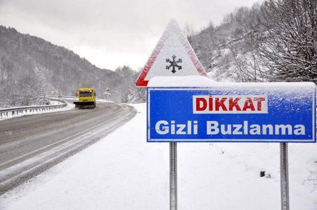 5 - Yolun kaygan olup olmadığını sık sık kontrol edin. Seyahat ettiğiniz yolda nerelerde buzlanma olabileceğini bilin. Bilmiyorsanız +3 ve altındaki sıcaklıkta buzlanmanın olduğunu varsayın.