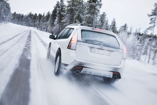 6 - Acil frenler dışındaki yavaşlamalarda frenleri kullanmak yerine motorun kompresyonundan yararlanın. ABS sistemli otomobillerde, fren ve debriyaja sonuna kadar basın. Otomobil durana kadar da ayaklarınızı pedallardan çekmeyin. ABS sistemi olmayan otomobilde de yine debriyaja sonuna kadar basın ancak fren direksiyonu kilitleyip manevrayı engelleyeceğinden frene kuvvetli baskı uygulamayın.