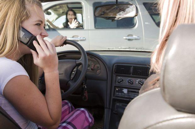 """Almanya, Avusturya ve İsviçre'de Institute for Applied Psychology ve Makam Market Research işbirliğiyle, 1600 şoförle görüşülerek yapılan """"yol güvenliği araştırması""""sürücülerin trafikteyken teknik cihazlara odaklanmalarının kaza riskini önemli ölçüde artırdığını kanıtlandı."""