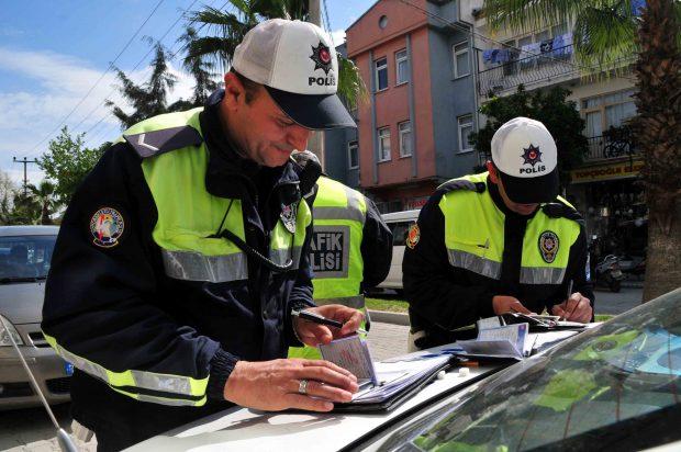 Trafik güvenliğini tehlikeye düşüren ve kural ihlali yapan sürücülere yönelik yeni ceza tutarları uygulanmaya başlandı. Trafik cezaları yüzde 3.83 zamlandı.